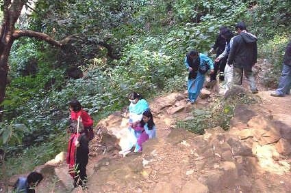 Trekking down into the valley, Bee Falls, Pachmarhi