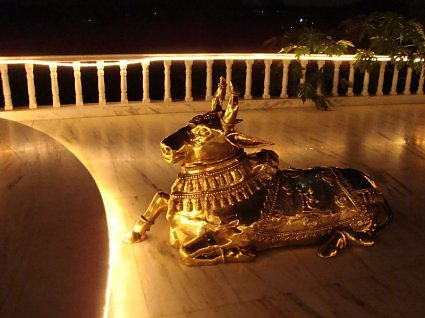 Nandi at the main entrance to Vishalakshi mandap