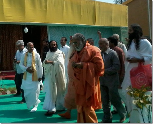 sri sri ravi shankar and swami swatantrata ji at kumbh mela 2013